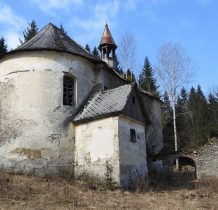 malownicza bramka i kamienny mur