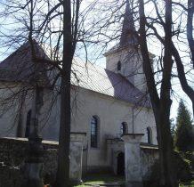 kościół otoczony kamiennym murum