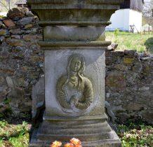 kamienny postument krzyża