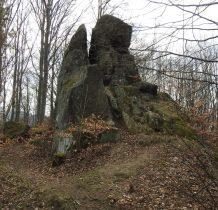 wśród skał prowadzi ścieżka