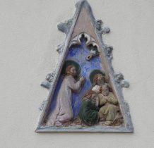 na zewnętrznej ścianie kościoła gotycki tympanon z 1425 roku