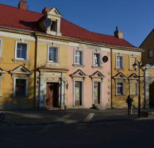 zabytkowe budynki bogato zdobione z brama