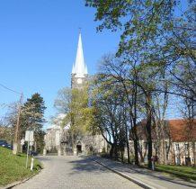 po prawej skwer JPII,przed nami kamienny kościół z lat 1875-76