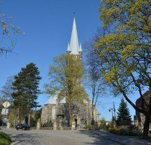 po lewej stronie kościoła budynki Zakładu Opiekuńczo-Leczniczego