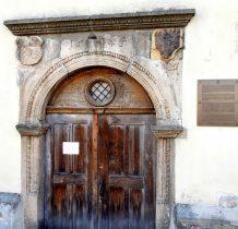 portal ozdobiony herbami Złotego Stoku i księstwa ziębicko-oleśnickiego