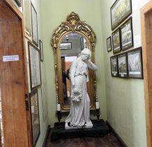 rzeźba Białej Damy-odnaleziona w kawałkach na starym cmentarzu