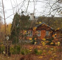 obok leśniczówka-dawny dworek Krasińskich z XIX wieku