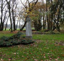 pomnik Aleksandry Bakowskiej przed dworem