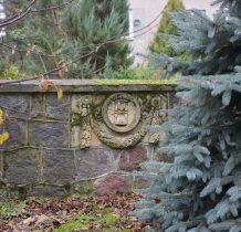 na murze kościelnym płyty nagrobne miejcowych właścicieli ziemskich