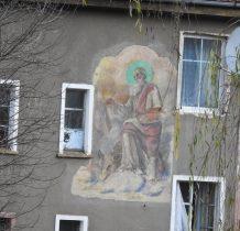 dom z zabytkowym malowidłem-Sw.Lukasz malujacy Matkę Boska z Dzieciatkiem