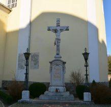 """przy kościele krzyż""""Męka Pańska"""" z 1884 roku"""