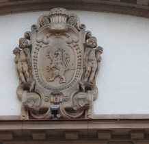 rzeźbiony herb Ladka