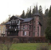 """Dawna""""Magnolia""""-budynek powstał przed 1900 rokiem-pensjonat"""
