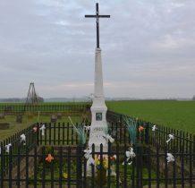 w narożniku cmentarza kapliczka-krzyż z 1885 roku
