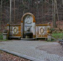 w 1911 roku źródełko otrzymało bogata kamienna obudowę
