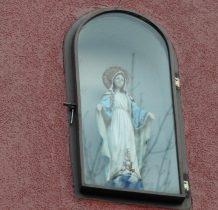 z mała wmurowana kapliczka