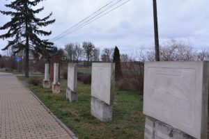kamienne tablice upamiętniajace miejsca gdzie poeta przebywał