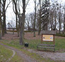 stary park z fundamentami dworu gdzie urodził się poeta
