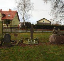 przy kościele pozostałości cmentarza