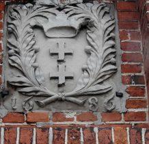 nad portalem herb Gdańska z data