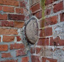 kula armatnia w murze tego wyjatkowego kościółka
