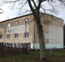 bloki mieszkalne dawnego PGR z zabytkowymi hasłami minionej epoki