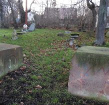 pozostałości cmentarza przykościelnego