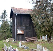 na przykościelnym cmentarzu