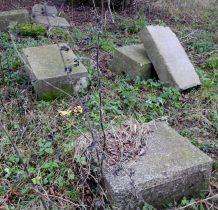 na końcu osady w zagajniku-pozostałości cmentarza mennonickiego(lapidarium)