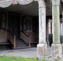 ryglowa wystawka wsparta  na sześciu kolumnach czołowych i dwó bocznych
