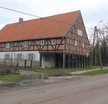 kolejny we wsi dom podcieniowy aż z 9 kolumnami