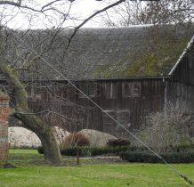 idąc dalej przez wioskę można zobaczyć zabytkowy drewniany spichlerz