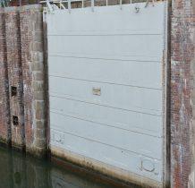wrota śluzy ,w pionowe otwory dodatkowo wsuwano metalowe zapory