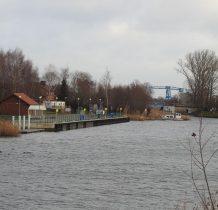 widok z mostu kolejowego na przystań i most zwodzony