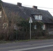 przy cmentarzu stary drewniany dom
