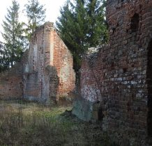 częściowo zniszczony w 1945 roku i tak pozostaje w ruinie