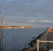 kamienna grobla i daleko ujście Wisły Śmiałej do Bałtyku