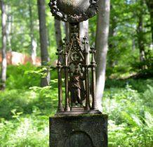 cokół kamienny-na nim żeliwny krzyż