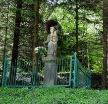 kamienna figura Matki Bożej z Dzieciatkiem