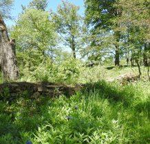 pozostałości muru cmentarnego