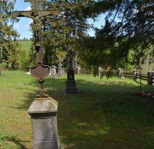 na kamiennym postumencie żeliwne krzyże