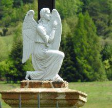 postać modlacego się anioła