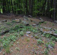 kamienne obwódki grobów