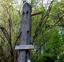 Stare kamienne słupy na szlaku