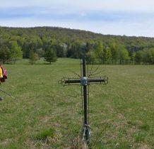 Schodzimy ze szlaku do krzyża na łace
