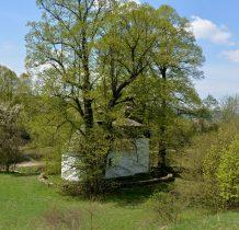 Mała filigranowa cerkiewka ukryta pomiędzy starymi lipami