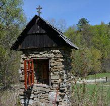 Kamienna łemkowska kapliczka przy szlaku