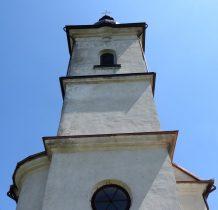 Kwadratowa wieża cerkwi podzielona gzymsami na trzy kondygnacje