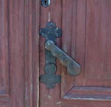 Masywna żelazna klamka u drzwi