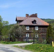 Stary drewniany budynek w pobliżu cerkwi